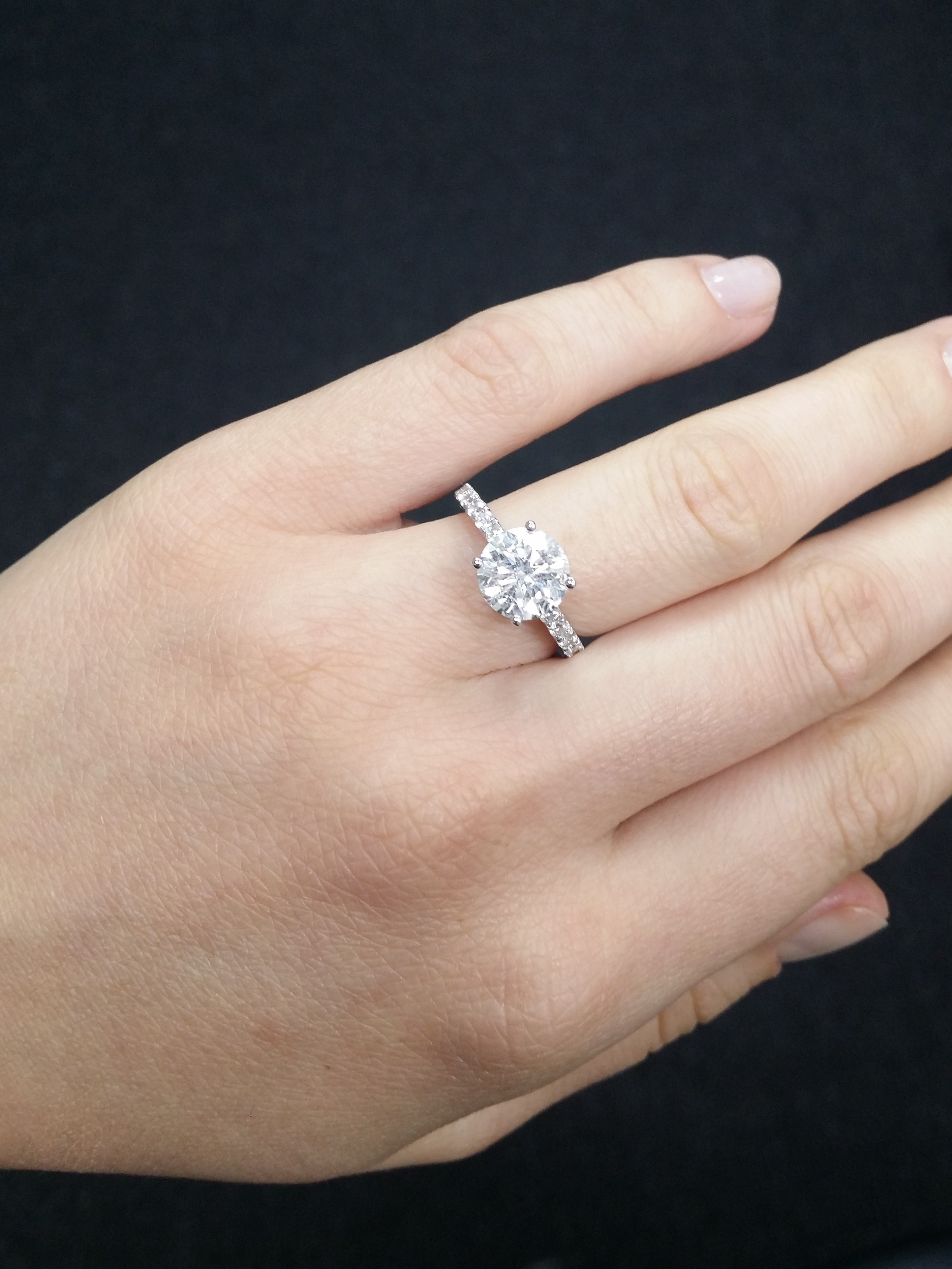 Gorgeous and classic round cut diamond ring