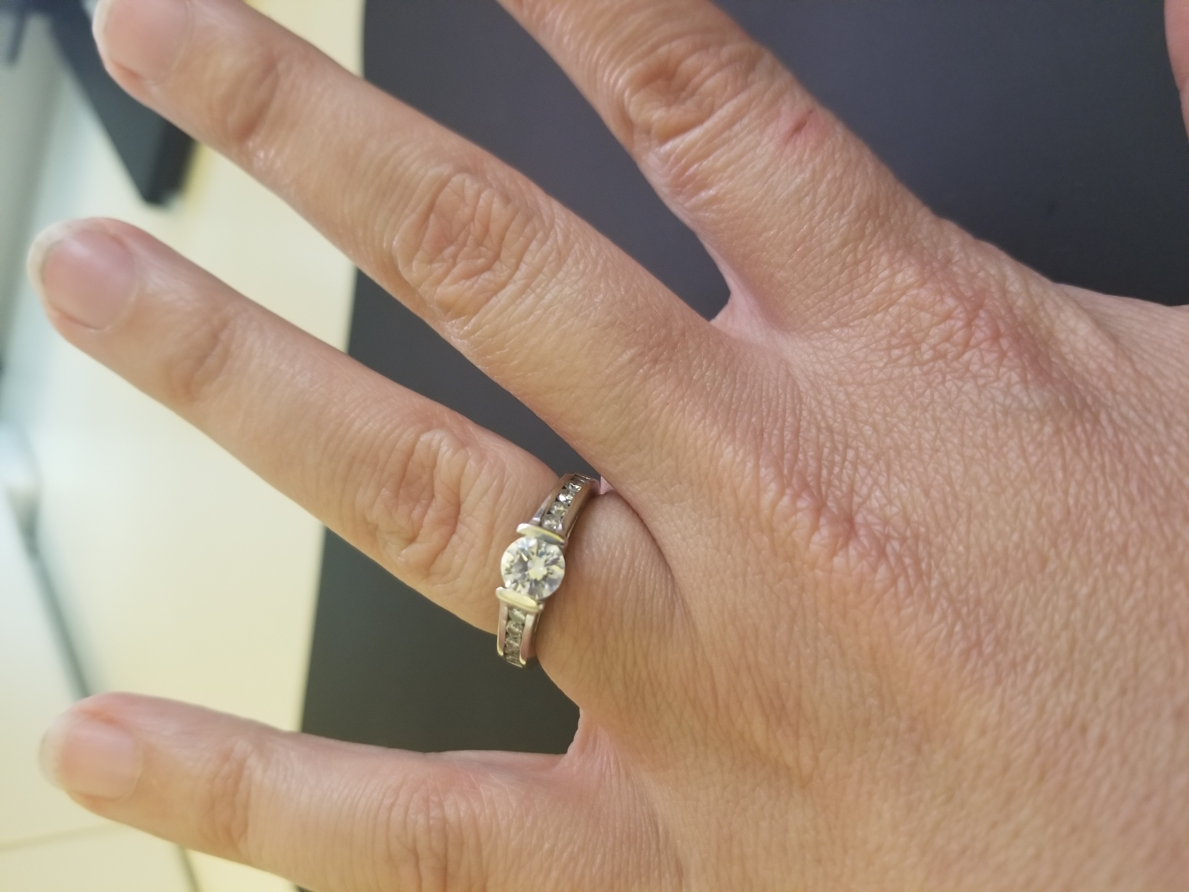 Beautiful Round Brilliant Engagement Ring - Awesome Clarity