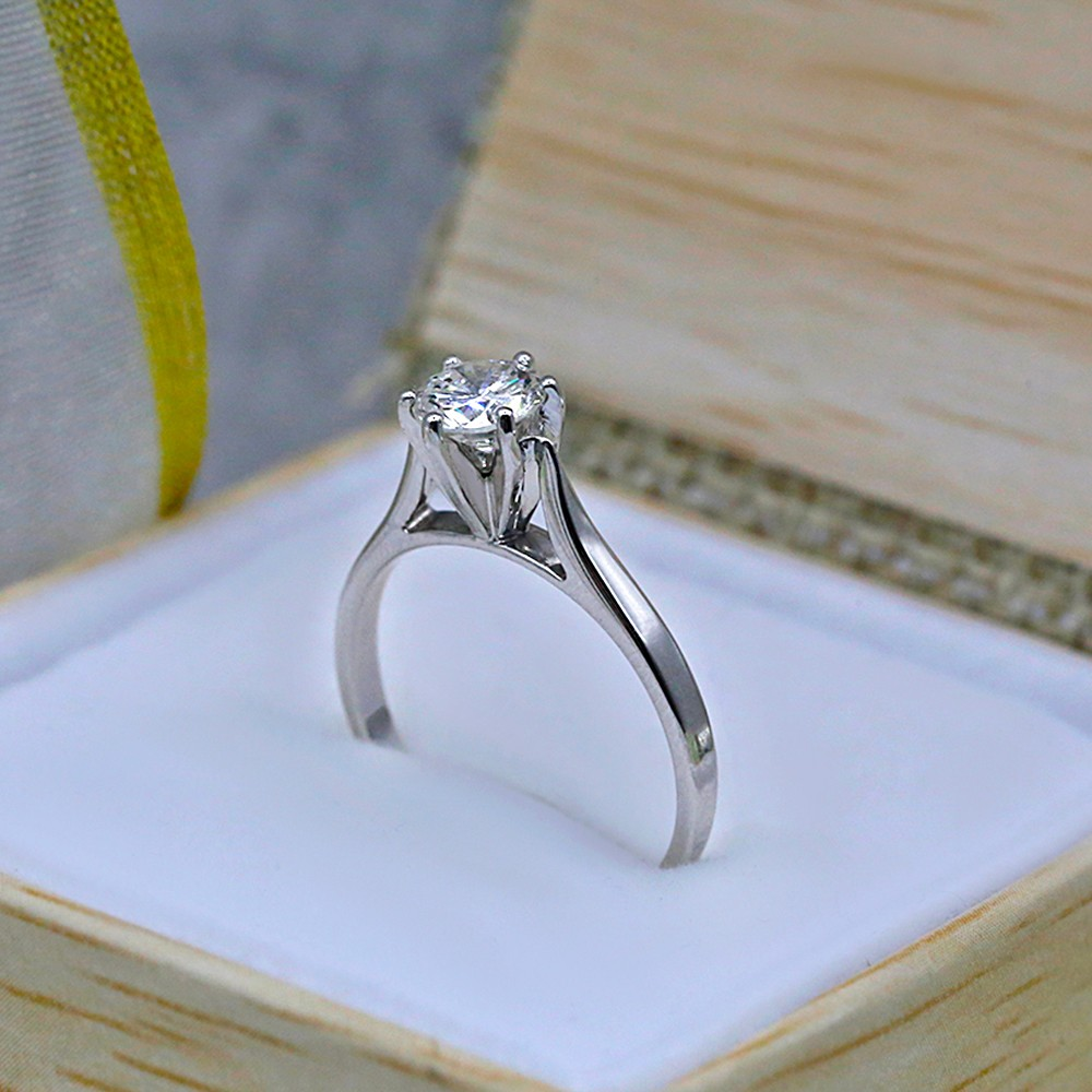 Engagement Ring with Center Round cut Diamond