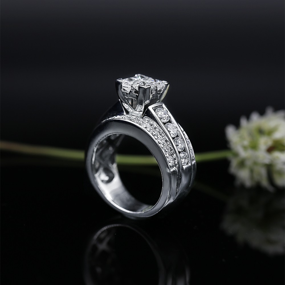 Impressive Engagement ring with 1.50ct of Princess and Round cut Dia