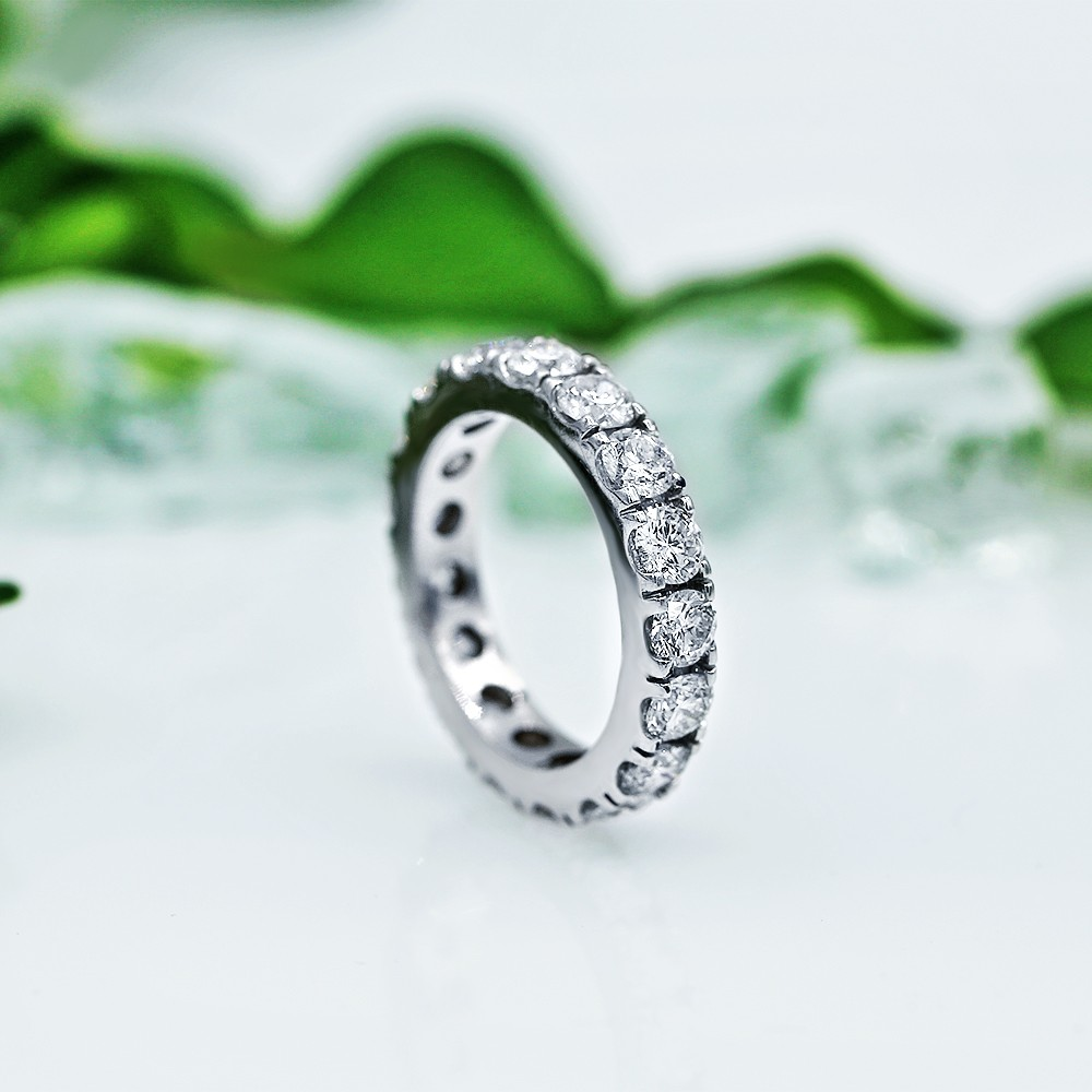 Charming Eternity band with 4.00ct of Round Diamonds