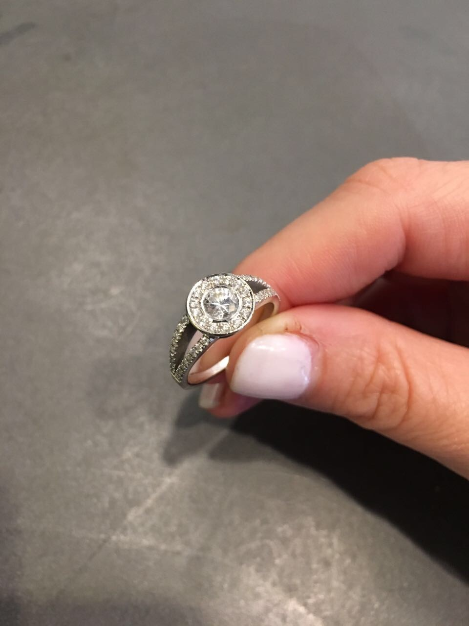 Brilliant diamond ring round cut with many diamond on the side