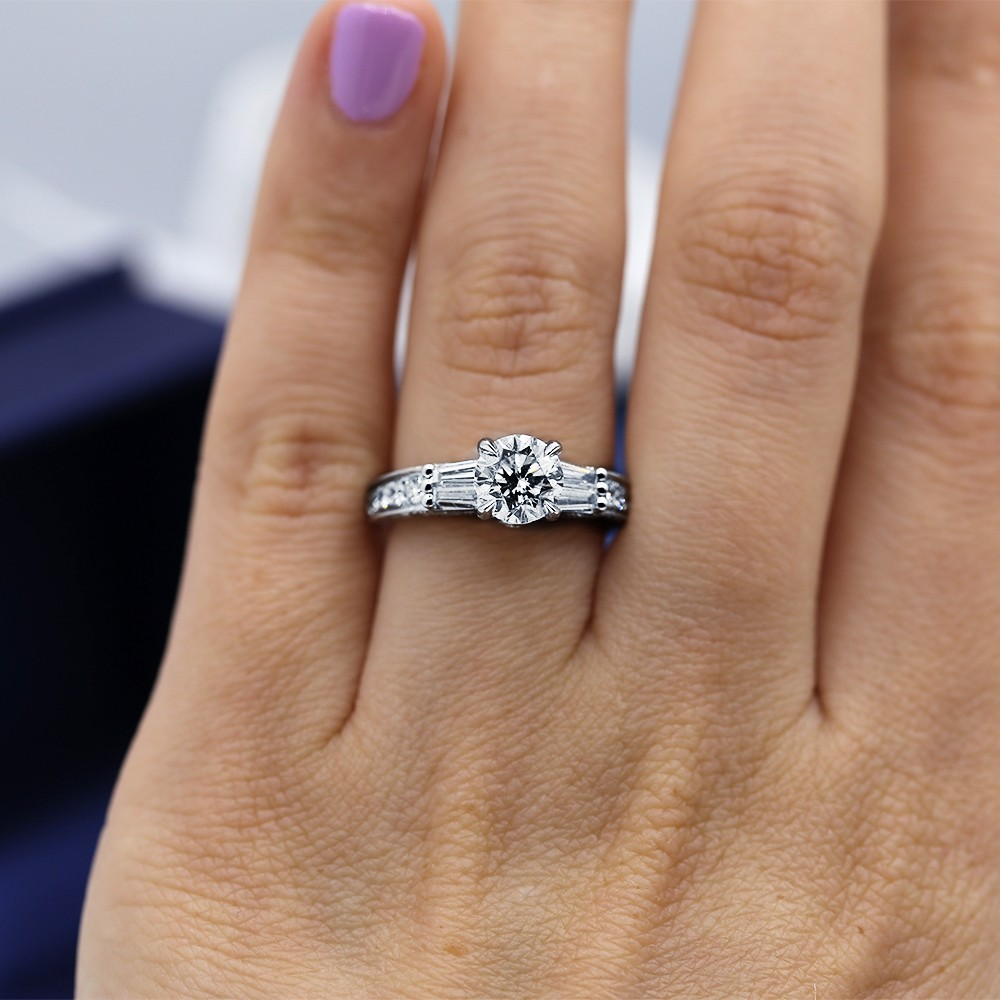 Extraordinary 18k White Gold Engagement Ring with center 1.25ct Round
