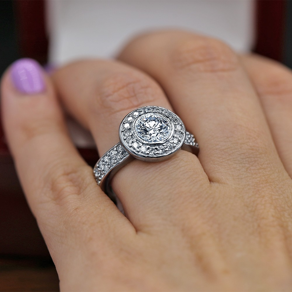 Stunning Halo engagement ring with center 1.35ct Round Diamond