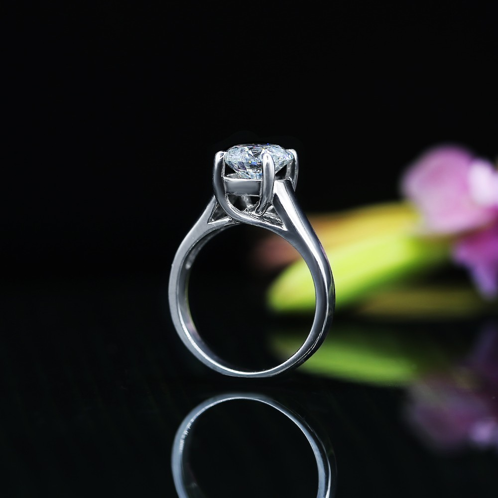 Classic Engagement Ring features 2.02ct of Round Cut Diamond