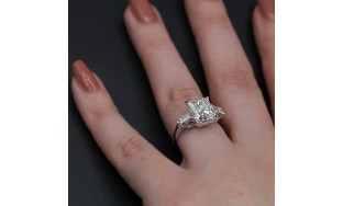 Diamond Ring with 5.67 ct of Total Diamond Weight