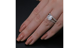Diamond Ring with 5.04 ct of Total Diamond Weight